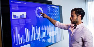 person viser statistikk på skjerm